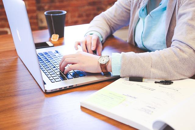 女性がパソコンに向かって仕事をしている画像