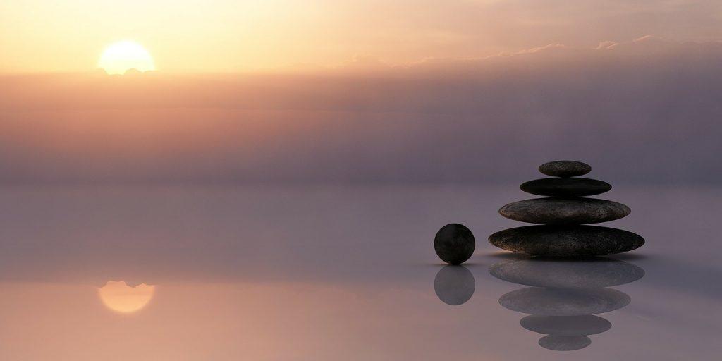 石が重なりバランスをとっている画像