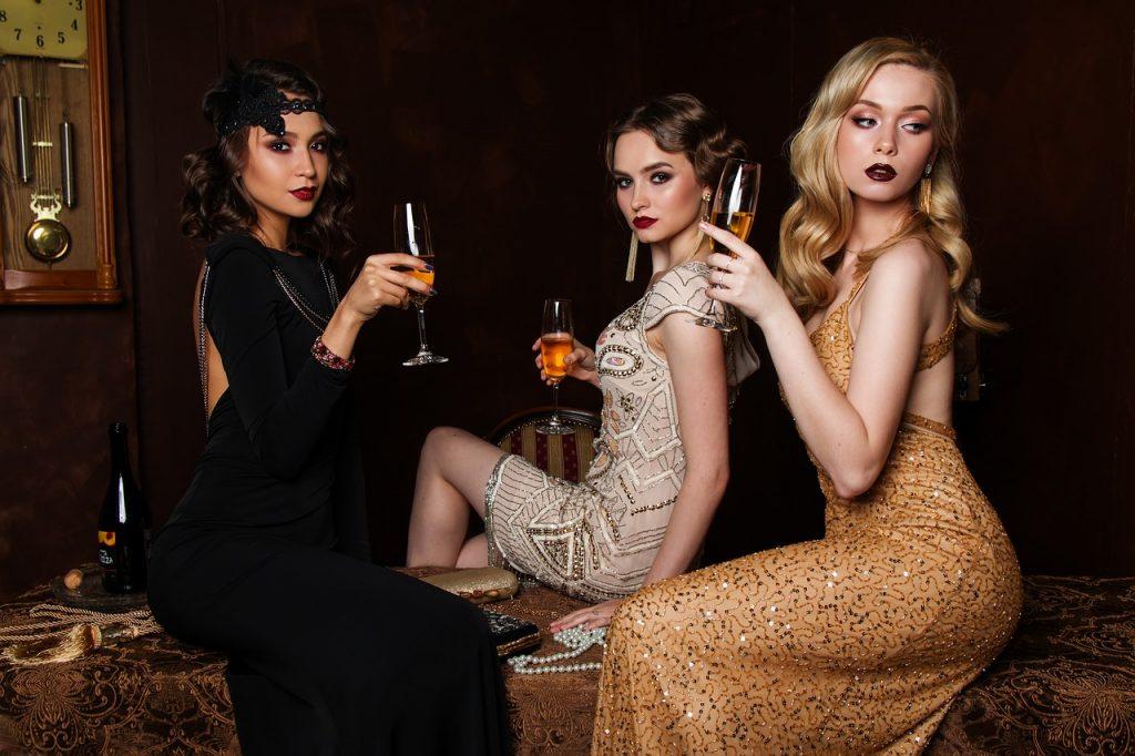 高飛車なパーティドレスの女性三人の画像