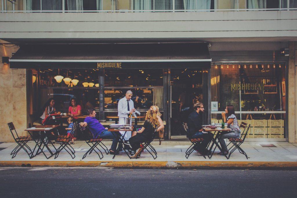 カフェで楽しむ人々の画像