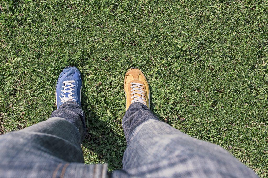 靴の色が左右で違う画像
