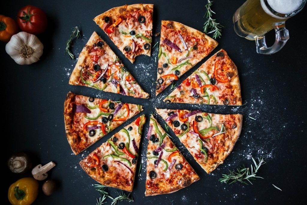 8等分に分かれたピザの画像