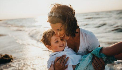 ママと息子が幸せそうに笑っている画像
