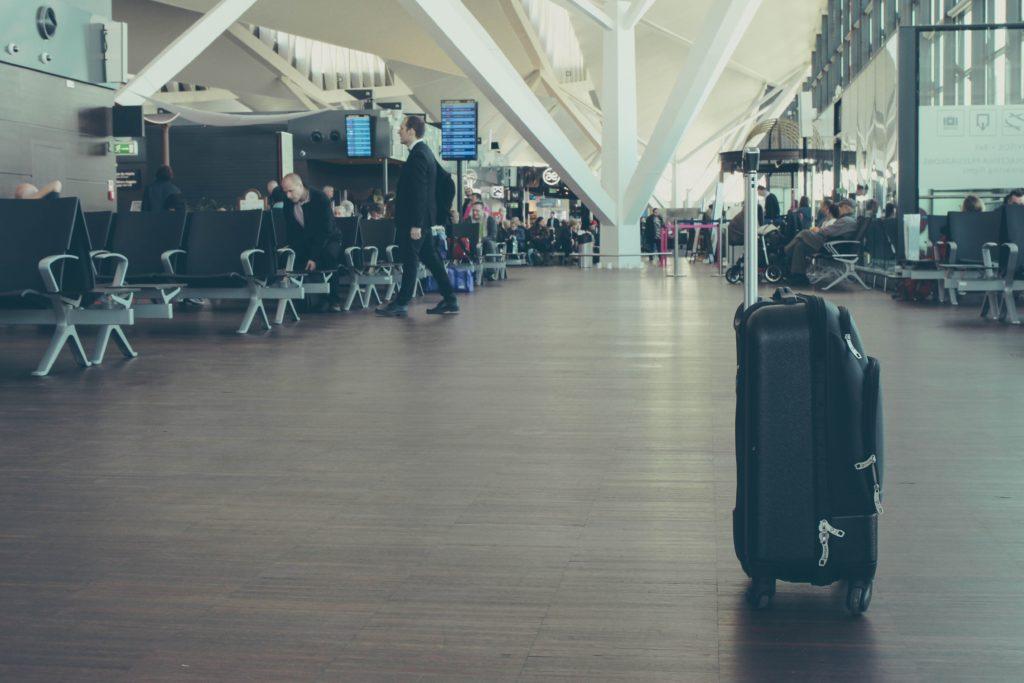 重いスーツケース空港画像